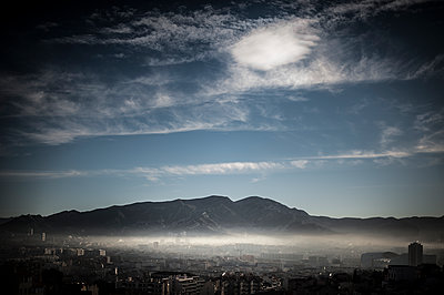 Mist on the city - p1007m1134120 by Tilby Vattard