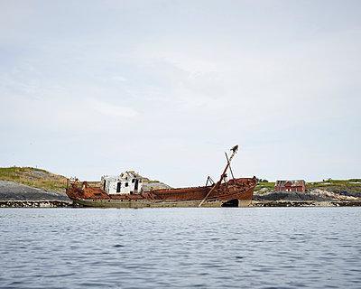 Schiffswrack am Meer - p1124m933582 von Willing-Holtz