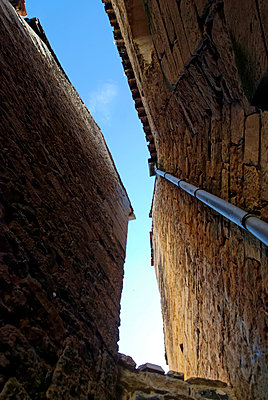 Blue sky between house facades - p260m1161235 by Frank Dan Hofacker