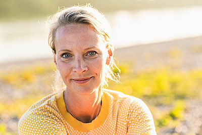 Sunlight on smiling blond woman - p300m2290776 by Uwe Umstätter