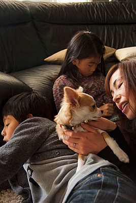 Family with dog in living room - p301m894543f by Yujiro Tada