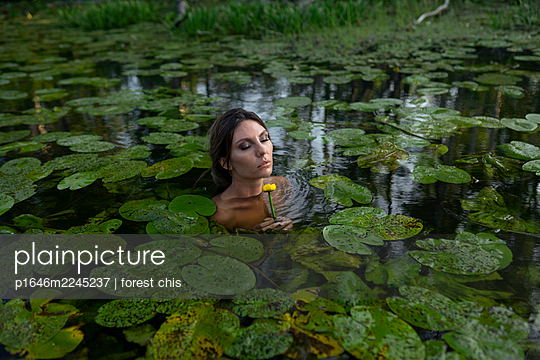 Russia, Naked woman bathing in a lake - p1646m2245237 by Slava Chistyakov