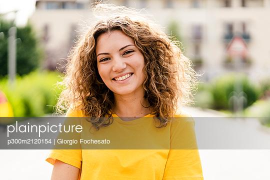 Portrait of smiling young woman - p300m2120154 by Giorgio Fochesato