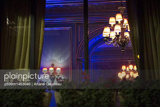 luxe windows in paris - p596m1463046 by Ariane Galateau