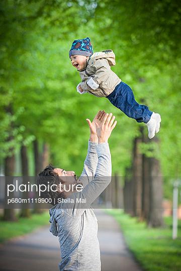 Vater mit Kindern im Park - p680m1119900 von Stella Mai