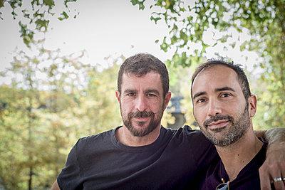 Caucasian gay couple hugging outdoors - p555m1306034 by Alberto Guglielmi