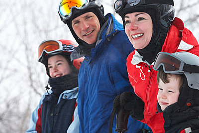 Caucasian family wearing ski gear in snow - p555m1418814 by Janet Kimber