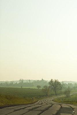 strasse im ddr stil in der uckermark im herbstlicht - p627m1035189 von Chris Keller