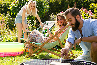 BBQ in the garden - p788m2027484 by Lisa Krechting