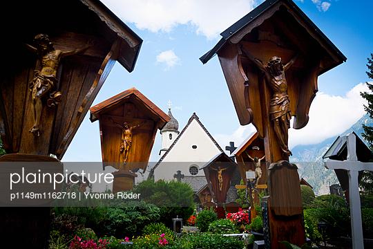 Grabkreuze und Kirche - p1149m1162718 von Yvonne Röder