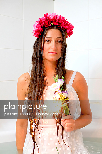 Woman in white dress, flower wreath and flowers - p1521m2108363 by Charlotte Zobel