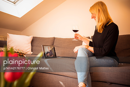 Junge Frau macht einen Video-Chat mit Tablet Computer - p741m2176777 von Christof Mattes