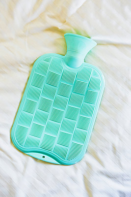 Hot-water bottle in bed - p1149m2115364 by Yvonne Röder