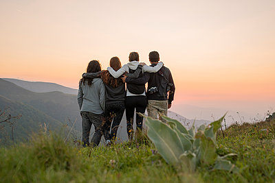 Bulgaria, Balkan Mountains, group of hikers standing on viewpoint at sunset - p300m2058608 von VITTA GALLERY
