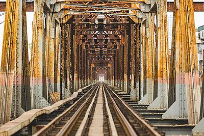 Vietnam, Hanoi, view of the Long Bien Bridge - p300m2081398 von William Perugini