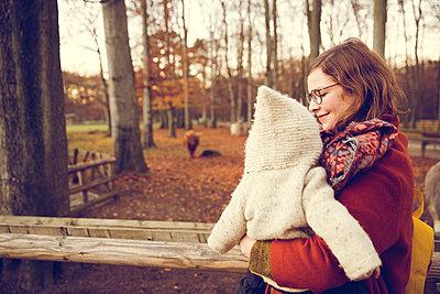 Herbstspaziergang, Mutter mit Kind - p904m1193445 von Stefanie Päffgen