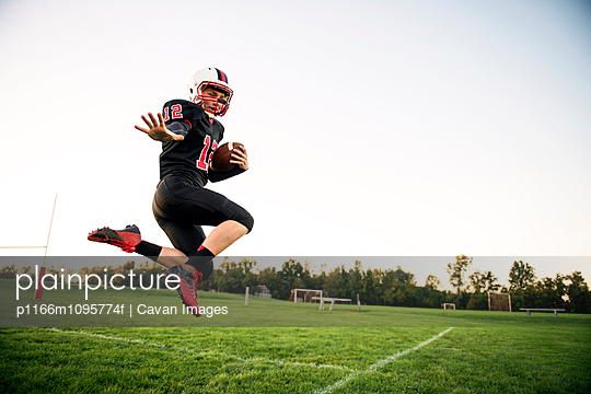 Football player (14-15) on playing field