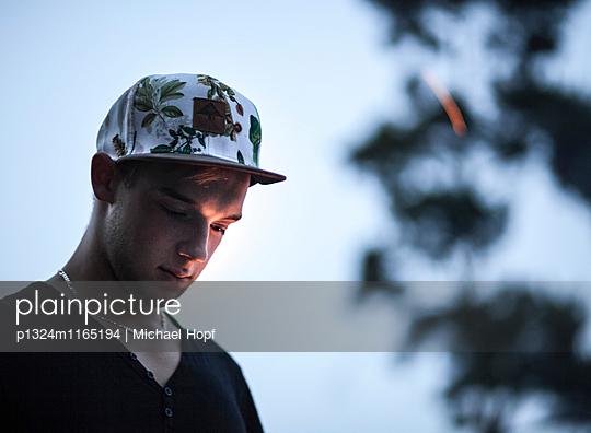 Junger Mann mit Basecap - p1324m1165194 von Michael Hopf