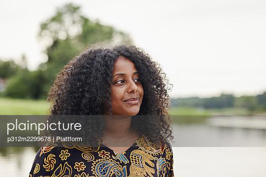 Portrait of young beautiful woman - p312m2299678 by Plattform