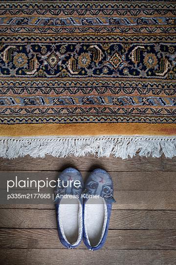 Hausschuhe und Orientteppich. Schloss Vellexon - p335m2177665 von Andreas Körner