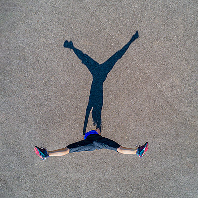 Aerial view of sportive young woman, handstand - p300m2004352 von Stefan Schurr
