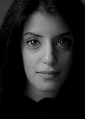 Portrait of dark-haired woman - p552m2275764 by Leander Hopf
