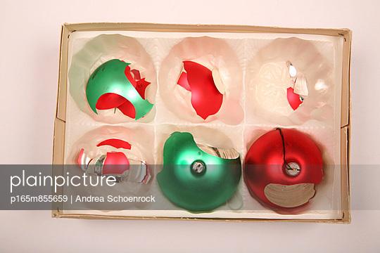 Weihnachtskugeln;  zerbrochen - p165m855659 von Andrea Schoenrock