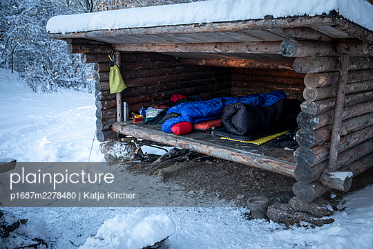 Sleeping bags in outdoors shelter in winter - p1687m2278480 by Katja Kircher