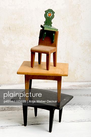 Turm aus kleinen Holzmöbeln - p451m1165699 von Anja Weber-Decker
