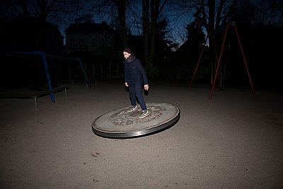 Mann auf dem Spielplatz - p1174m1015462 von lisameinen