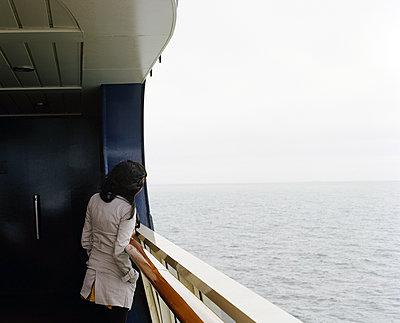 Frau auf einer Fähre blickt aufs Meer - p1409m1465894 von margaret dearing