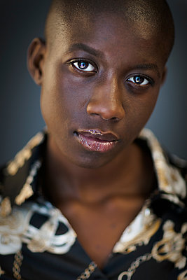 Portrait of a bald young black woman facing camera with confidence - p1619m2192723 by Laurent MOULAGER