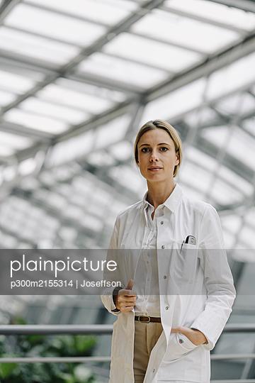 Portrait of a confident female doctor - p300m2155314 by Joseffson