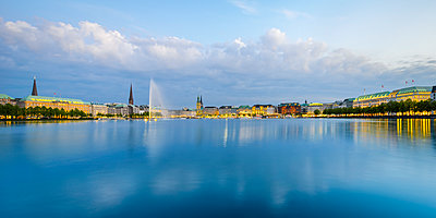 Germany, hamburg, Binnenalster, View of the city in the evening - p300m1460229 by Roy Jankowski