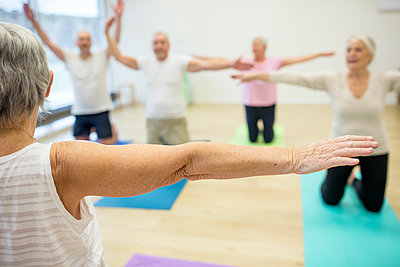 Group of active seniors practicing yoga together - p300m2207097 by Fotoagentur WESTEND61