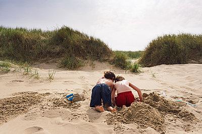 Im Sand spielen - p305m1171509 von Dirk Morla