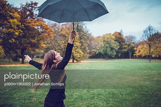 plainpicture - plainpicture p300m1563322 - Happy young woman dancing w... - plainpicture/Westend61/Jonathan Schöps