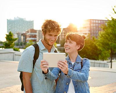 Paare macht ein Selfie im Gegenlicht - p1124m1150156 von Willing-Holtz
