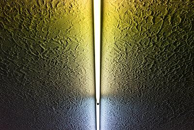 Neonröhre an der Decke - p267m1467906 von Ingo Kukatz