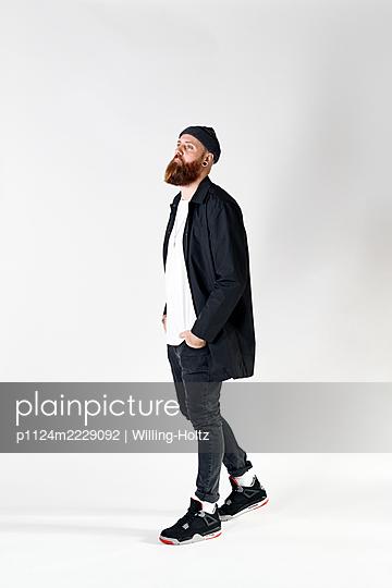 Mann in Freizeitkleidung und mit Strickmütze - p1124m2229092 von Willing-Holtz