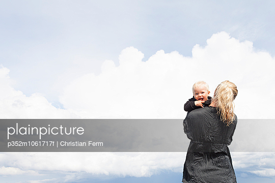 Sweden, Gotland, Farosund, Mother with baby son (6-11 months) in her arms