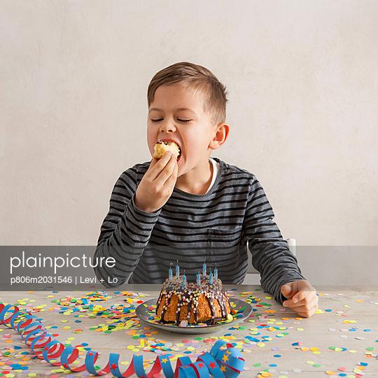 Kuchen essen - p806m2031546 von Levi + Lo