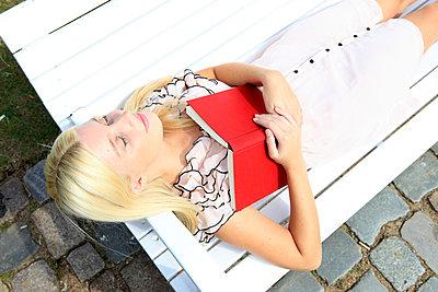 Fallen asleep - p0452565 by Jasmin Sander