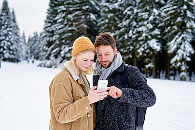 Young couple takes a selfie in the snow - p1124m1589308 by Willing-Holtz