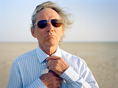 Portrait of senior man with sunglasses - p1207m1109480 by Michael Heissner