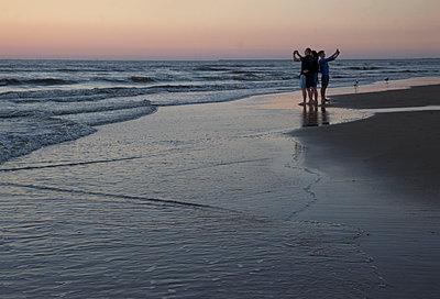 Familie macht selfies am Strand - p1212m1171655 von harry + lidy