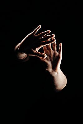 Frauenhände im Dunkeln - p1540m2157651 von Marie Tercafs