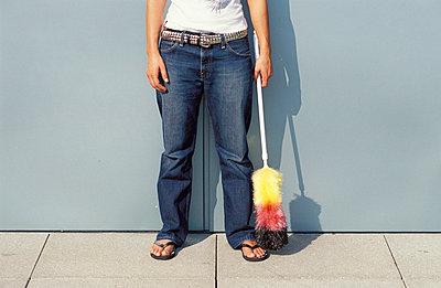 Frau mit Staubwedel - p2200243 von Kai Jabs