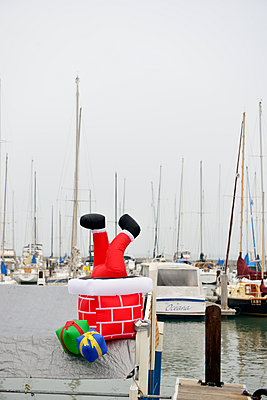 USA, California, San Francisco, boat with Santa Claus figure in harbor - p300m980666f by Biederbick&Rumpf