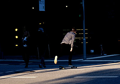 Skateboarding in town - p551m2056710 by Kai Peters